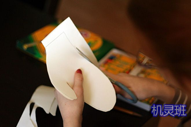 大班简单手工:怎么剪纸贴画手套(步骤图解)3